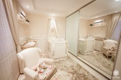Projeto Vitral arquitetura . interiores . iluminação #vitralarquiteturaeinteriores #quartobebe #floral #tapete #berco #espelhos