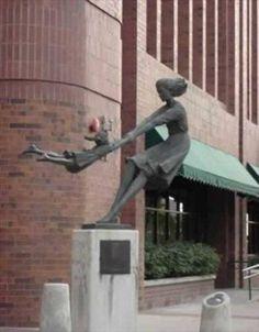 İşte dünyanın çeşitli yerlerinden akıl almaz heykeller. Bazıları gerçekten aklın sınırlarını aşmış. Aralarında öyleleri var ki, çözmeniz uzun zamanınızı alabilir...