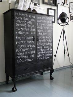 Meuble recouvert avec de la peinture pour tableau noir ... Pour pouvoir dessiner ou écrire selon ses humeurs. Le meuble peut se renouveler à loisir ! C'est trop bien !
