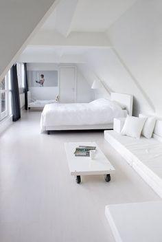 Wit interieur, zwarte gordijnen