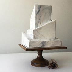 Marbled wedding cake with an architectural structure