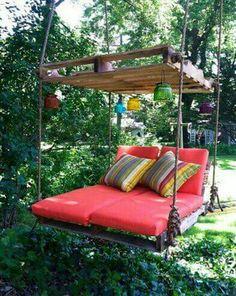DIY Outdoor Pallet Swing Bed tutorial DIY Pallet Swing Bed-Upcycle Paletten in ein fabelhaftes Schaukelbett. This image has get Pallet Lounger, Pallet Swing Beds, Pallet Swings, Diy Swing, Patio Swing, Backyard Hammock, Hammock Ideas, Patio Decks, Hammock Bed