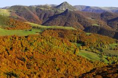 Le Puy Griou: wild Auvergne escape in the heart of nature - At the center of the Cantal Mountains, Springs conical silhouette of Puy Griou reaching 1690 meters. Clermont Ferrand, Ville France, Great Photos, Beautiful Landscapes, Land Scape, Nature, To Go, Silhouette, Mountains
