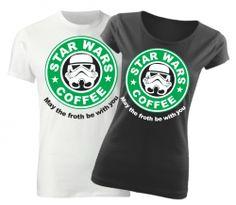 Originálne tričko s potlačou Star Wars Coffee pre fanúšikov filmu Star Wars alebo kávičkárov zo Starbucksu. Toto tričko s potlačou je vyrobené zo 100% bavlny a dostupný je taktiež pánsky a UNISEX strih.