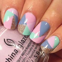 Uñas de color morado rosa y dorado