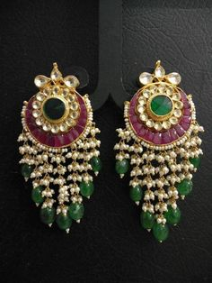 Gold Jewelry Design In India Gold Jhumka Earrings, Indian Jewelry Earrings, Real Gold Jewelry, Fancy Jewellery, Jewelry Design Earrings, Gold Earrings Designs, Gold Jewellery Design, Small Earrings, Jewelry Stand