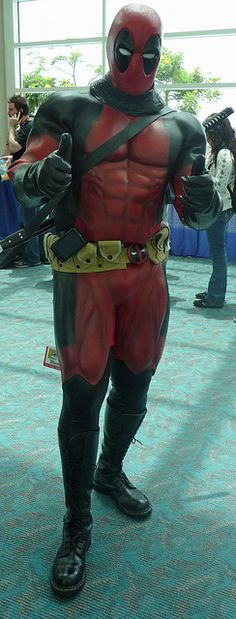 Cosplay Deadpool the Merc with a Mouth gives this year's Comic Con two thumbs up Comic Con Cosplay, Epic Cosplay, Amazing Cosplay, Cosplay Outfits, Deadpool Cosplay, Deadpool Und Spiderman, Marvel Cosplay, Deadpool Outfit, Hq Marvel