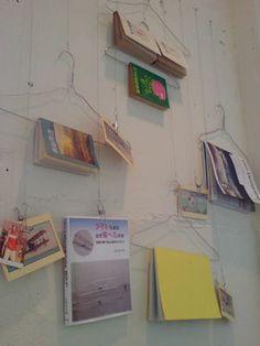 本棚のあるインテリア画像