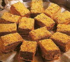 ingrédients : Farine 3 oeufs 1 v de sucre semoule 3 c à s de miel 1 c c de vanille 1 pincée de sel 1c à c de bicarbonate de soude 1 c à s de vinaigre 2 c à s de cacao Pour la crème : 1 litre de lait 1 v de sucre cristallisé vanille 5 c à s de maïzena...