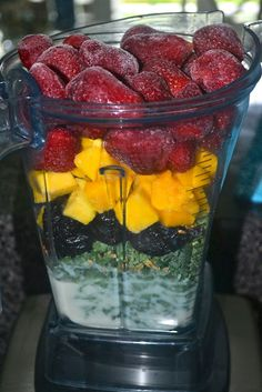 Mango Madness Green Smoothie - 3 cups kale 1 cup light plain soymilk 6 prunes 1 cup frozen mango 2 cups frozen strawberries tablespoons flaxseed Blend all and enjoy! Smoothie Drinks, Healthy Smoothies, Healthy Drinks, Smoothie Recipes, Healthy Snacks, Healthy Eating, Smoothie Ingredients, Green Smoothies, Breakfast Smoothies