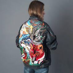 """318 отметок «Нравится», 26 комментариев —  Вышивка  Джинсовая куртка  (@karina_bro) в Instagram: «Хотела вам показать один из самых любимых проектов на джинсе, проект """"Север""""  Эта композиция для…» Diy Clothing, Custom Clothes, Custom Denim Jackets, Denim Fashion, Fashion Outfits, Painted Denim Jacket, Denim Art, Painted Clothes, Looks Style"""