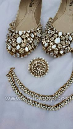 Code : Fk 0016 PRICE For khussa: 3800 RS PRICE For ring: 12000 RS Price for Anklet: 1200 RS sizes 36 to 42 availble. Punjabi Jutti Style - ladies shoes of Punjab Click Visit link for more. Get your punjabi jutti today. Indian Jewelry Earrings, Indian Jewelry Sets, Fancy Jewellery, Jewelry Design Earrings, Indian Wedding Jewelry, Indian Jewellery Design, Cute Jewelry, Bridal Jewelry, Pakistani Jewelry