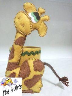 Porta canetas forrado e decorado com girafa de feltro.  Ideal para decorar e manter o material de escritório organizado! R$ 13,80