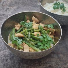 Deze mooie groene curry met lekker veel groene groenten en kip staat binnen een half uurtje op tafel! En is ook snel weer op...