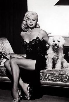 Actress and blonde bombshell Diana Dors with cute doggie - Glamour Lifestyle Hollywood Stars, Old Hollywood Glamour, Hollywood Fashion, Vintage Hollywood, Diana Dors, Look Vintage, Vintage Beauty, Vintage Pins, Vintage Black