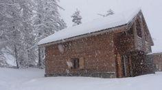 """Lou Ta'Loup sous la neige Notre chalet bois 3* """"Lou Ta'Loup"""" est prêt à vous accueillir. Nous l'avons entièrement rénové cette année et décoré dans le style """"montagne"""". Situé dans un environnement calme et boisé dans une résidence avec piscine"""
