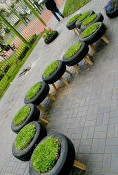 """Sjovt at gamle bildæk kombineret med græs, kan ende med at blive ret elegante skamler, bænke eller stole. Alt efter højden og måden man sætter dem sammen på.  Flere af de små """"græsstole"""", små høje og"""
