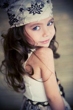 Child Photography / Pose Idea / Fashion / Portrait / Little Girl / Photo Session Idea / Inspiration