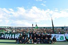 試合後、ホーム最終戦を勝利で飾り、ファン・サポーターと共に記念撮影を行った相模原の選手達 | J's GOAL