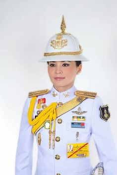 Thai Royal House released official photos of Queen Suthida Vajiralongkorn na Ayudhya, now known as Queen Suthida, a former military general who has been one of the king's bodyguards for years. Thailand Princess, King Thailand, Thai Princess, King Rama 10, Queen Sirikit, Queen Maxima, Royal House, King Of Kings, King Queen