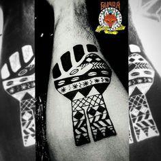 Sankofa é um símbolo que pertence ao conjunto ideográfico Adinkra que significa aproximadamente voltar ao passado para resignificar o presente. Releitura autoral de desenho sem autoria declarada, criando um híbrido entre o sankofa, o punho erguido de resistência negra e os padrões utilizados nas fachadas das casinhas de um vilarejo africano! Tatuagem recheada de representatividade e ancestralidade do querido @kimcamargo_ ❤ #tattoo #tatuagem #blackworktattoo #blackwork #blackpeople…