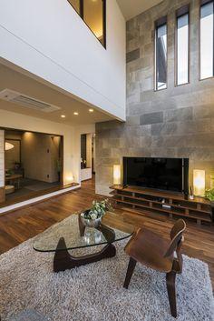 エルクホームズ/エルク/リビング/吹抜け上部まで続く、大判タイルの壁が目を惹くリビング。木目の美しいフローリングと自然素材同士の組み合わせで、スタイリッシュでありながら、リラックスできる空間です Living Room Tv, Living Room Interior, Small House Interior Design, House Design, Rustic Wall Clocks, Diy Bedroom Decor, Home Decor, House Rooms, Living Room Designs