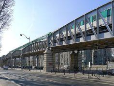 """Paris XIII - Boulevard Vincent-Auriol -   La ligne de métro 6 surplombe le boulevard de la station """"Quai de la Gare"""" à celle de """"Place d'Italie""""."""