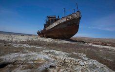 Die Uferlinien haben sich teilweise weit über 100 Kilometer verschoben. Schiffe liegen auf dem Trockenen, Häfen weit entfernt von der verbliebenen Wasserfläche.
