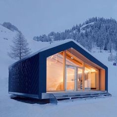 This modern prefab design from Leap has smart technologies and first-class building materials that m . Small Tiny House, Tiny House Cabin, Tiny House Design, Prefab Cabins, Prefab Homes, Small Modern Home, Weekend House, A Frame House, Cabins In The Woods