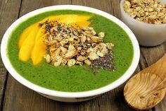 Grüne Frühstücksbowl 100 ml Kokosnusswasser 1 halbe Avocado 1 halbe Gurke 1 Handvoll Spinat 1 Mango 1 EL Chia-Samen 2 EL Granola 1 EL gehackte Mandeln
