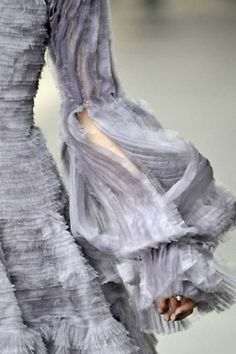 Sleeve Detail from a Spectacular Grey, Couture, Alexander McQueen Dress Look Fashion, Fashion Details, Fashion Art, Womens Fashion, Fashion Design, Queen Fashion, Fashion Shoes, Alexander Mcqueen, King Alexander