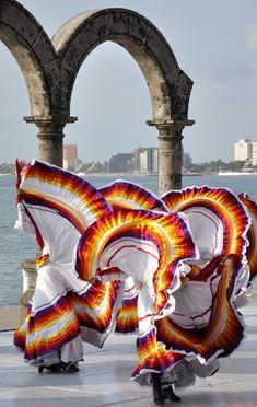 Baile tapatío en los Arcos de Puerto Vallarta.