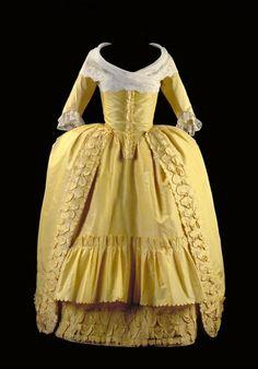 Robe à l'anglaise, bestaande uit overkleed en rok van felgele tafzijde met garnering van bouillons, gedragen à la polonaise   Modemuze