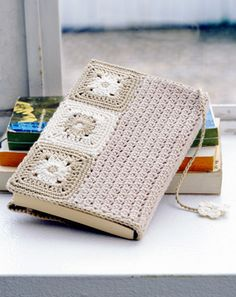 crochet book cover - I would love to do this when giving a book as a gift. ༺✿ƬⱤღ http://www.pinterest.com/teretegui/✿༻