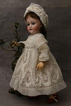 French dress and bonnet for doll : Antoine-Annette shop Antique Lace, Antique Dolls, Vintage Dolls, Beautiful Dolls, Beautiful Dresses, Doll Dress Patterns, Clothing Patterns, Madame Alexander Dolls, Bisque Doll