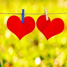 SERCE Z IMIONAMI Popularna wróżba grupowa - przygotowujemy papierowe serce, na którym piszemy imiona towarzyszy zabawy. Następnie odwracamy serce napisami do spodu i nakłuwamy szpilką w losowym miejscu. Imię, które przekłuliśmy to imię osoby, z którą połączy nas w przyszłości silna więź - przyjaźń, zauroczenie, może miłość?