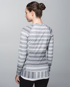 Just because the morning chill lingers doesn't mean we're staying inside. We designed this oh-so-soft base layer to help us keep our core cozy when we're pounding the pavement. There's even a hidden  pocket in the hem for us to stash our key and a gel – who's up for a loop of the lake?