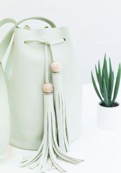 DIY Leather Bucket Bag (link to 1 month free premium membership with Skillshare) Diy Handbag, Diy Purse, Clutch Purse, Sewing Clothes, Diy Clothes, Diy Fashion, Fashion Bags, Leather Purses, Leather Handbags