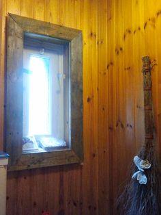 Een hor, gemaakt van oud hout. Dit geeft het raam een mooie omlijsting. A nice framework for a boring window. It's a screen made from old wood.