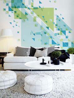 Móveis simples com destaque a parede.