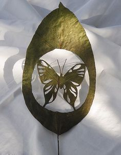 Leaf art by Lorenzo Duran Silva: From a praying mantis to complex patterns, the amazing art made by cutting into LEAVES Reverse Graffiti, Praying Mantis, Insect Art, Painted Leaves, Leaf Art, Weird And Wonderful, Oeuvre D'art, Bunt, Amazing Art