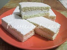 Ecco un'altra ricetta deliziosa con panna e miele, le Tortine paradiso. Ingredienti per 6 persone: PER LA PASTA BISCOTTO : - 70 gr. di farina 00 - 30 gr. di fecola di patate - 100 gr. di zucchero a velo - 3 uova - 1 cucchiaino di lievito per dolci - una bustina di vanillina - un pizzico di sale - zucchero a velo q.b. per spolverizzare PER LA FARCITURA: - 300 ml. di panna per dolci ( io ho usato quella già zuccherata) - 1 cucchiaio di miele Descrizione della preparazione: Montare a neve gli…
