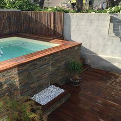 Les mini-piscines en bois apportent une nouvelle approche de la détente et de la baignade. Très à la mode, une mini-piscine en bois Vercors-Piscine a tout d'une grande piscine.