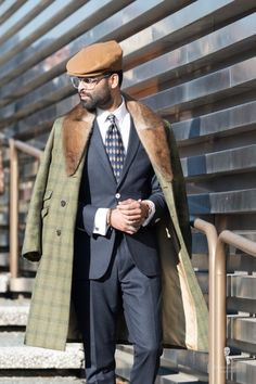 Green triple checked overcoat with fur collar, dark suit, tie and white shirt with flat cap and clear glasses Sharp Dressed Man, Well Dressed Men, Bon Look, Dandy Style, Men's Style, Outfits Hombre, Cold Weather Fashion, Shearling Jacket, Suit And Tie