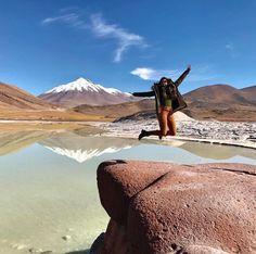 """O deserto de Atacama está localizado na região norte do Chile e possui cerca de 1000 km de extensão sendo considerado o deserto mais alto e mais árido do mundo. Olha que linda foto da @arrumandoamala tirou no Salar de Talar também conhecida como Piedras Rojas É importante dizer que antes de escolher a empresa para fazer os passeios verifique bem quais os lugares fazem parte do """"pacote"""" por exemplo Piedras Rojasnão é um passeio básico oferecido por qualquer empresa no Atacama Você encontra ma"""