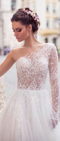 White bride dresses. All brides dream about finding the ideal wedding, however for this they need the best wedding dress, with the bridesmaid's outfits complimenting the brides-to-be dress. These are a number of tips on wedding dresses.