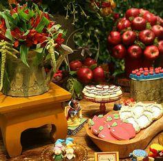 Muito lindo esse arranjo de #flores e de #frutas da #Raquelfurtadodecor.  Mesa decorada com o tema #brancadeneve. Festa realizada no #Minilandbuffet   #buffetminiland #Disney #princesa #snowwhite