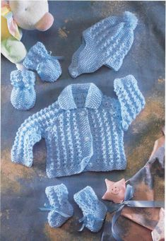 Baby Jacket with Collar Hat Mittens Bootees 12 - 22 4 Ply Knitting PatternKnitting Pattern Sirdar Early Arrivals Baby Cardigan Matinee Bonnet Mitts Boyish patterns are rare!Hayfield Early Arrivals Knitting Pattern book 7114 Patterns start from 12 inchesVi Baby Boy Knitting Patterns, Baby Cardigan Knitting Pattern, Crochet Baby Cardigan, Crochet Socks, Baby Boy Cardigan, Crochet Pillow, Diy Crafts Knitting, Easy Knitting, Cardigan Bebe