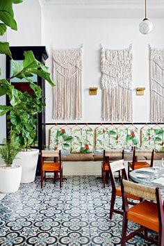 2. American Trade (Panamá)  - AD España, © Belén Imaz, tiles, retro chairs 50s, pattern tropical