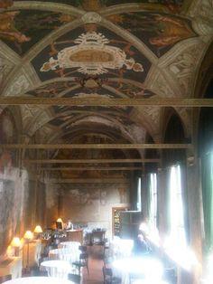 restaurants, een klassieke sfeer die er mooi maar toch ook modern uit ziet. Mooie licht inval door de grote ramen.